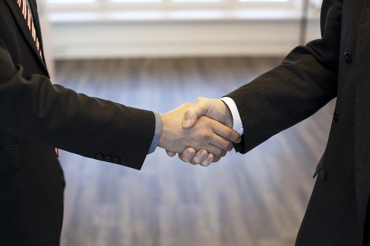 Grafika przedstawia znajomych ściskających sobie dłoń. Symbolizuje to możliwość zaproszenia znajomego do gry u bukmachera.